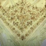 manton bordado color marfil
